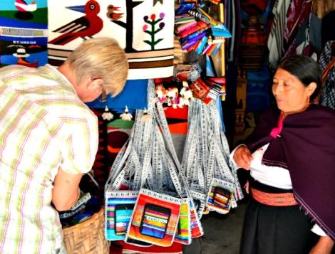 Artesanías se venden por montón a turistas en Ecuador