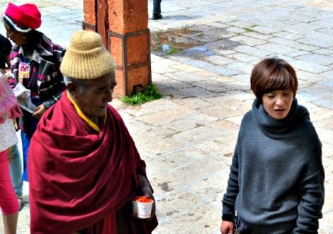 Monje comprando en la calle como cualquier persona el mundo