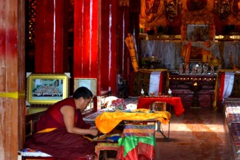 Un monje rezando en el tempo