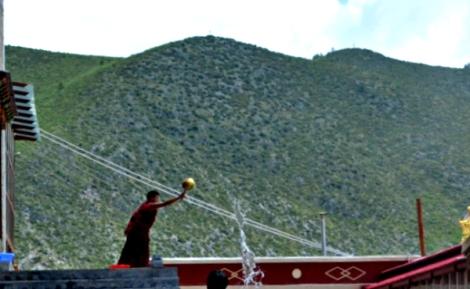 Monje tibetano en su trabajo diario
