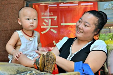 Una bebé y su madre en Shanghai, disfrutando de las cosas simples de la vida