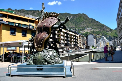Monumento a la Quietud del Tiempo, obra de Salvador Dalí, en pleno centro turístico y comercial de Andorra, con el río Valira