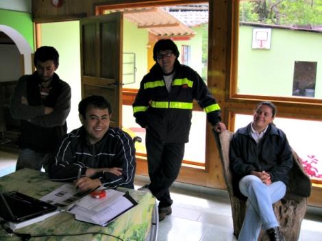 Alexander Rodríguez, su hermano y otros miembros de Adeagros en su casa, mostrándome las fotos de las aves